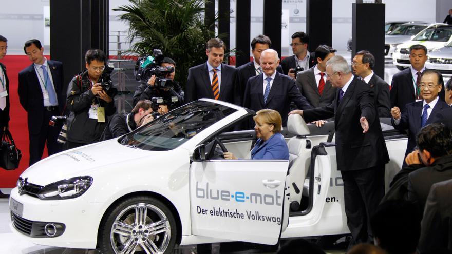 La canciller alemana, Angela Merkel, en la planta de Volkswagen en Wolfsburg, en abril de 2012, con el entonces primer ministro chino, Wen Jiabao.
