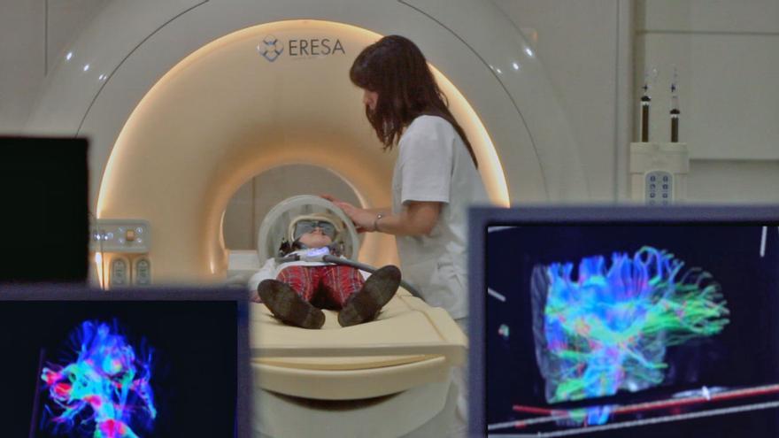 Un niño es sometido a una resonancia magnética