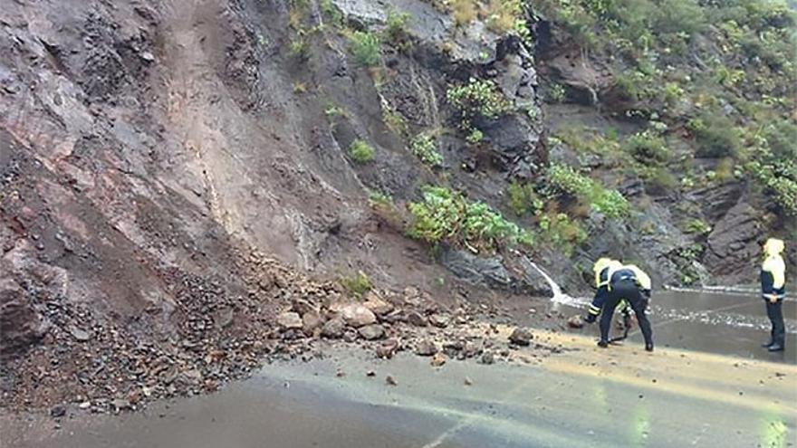 Pequeños desprendimientos el km 6 de la carretera hacia Taganana, en Tenerife.