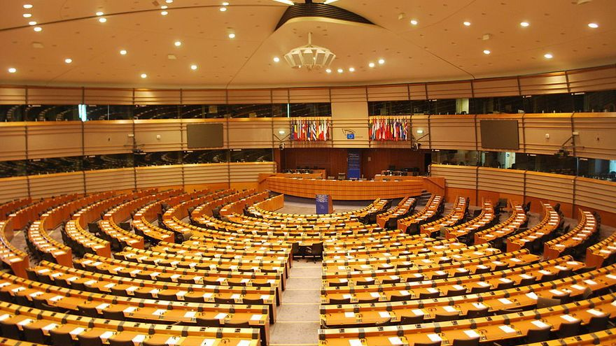 Hemiciclo del Parlamento europeo de Bruselas (https://commons.wikimedia.org/wiki/File:European_Parliament_-_Hemicycle.jpg?uselang=es)