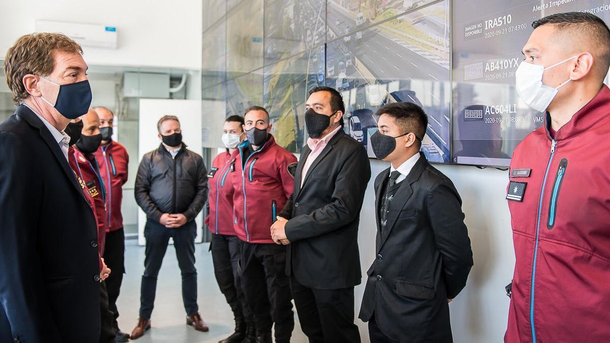 El vicejefe de Gobierno, a cargo del Ministerio de Justicia y Seguridad, junto a miembros de la Policía de la Ciudad.