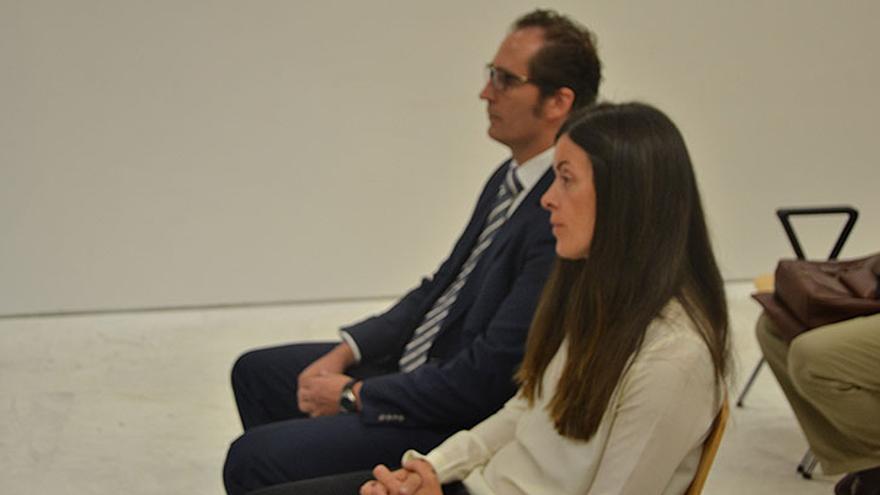 Los abogados Paula Romeo y Jaime Rodríguez Díez compareciendo en el Juzgado de lo Penal 3 de Las Palmas de Gran Canaria.