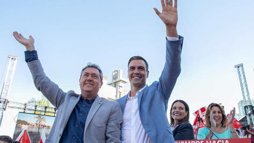 Archivo - El secretario general del PSOE y presidente del Gobierno en funciones, Pedro Sánchez (d),y el alcalde de Sevilla, Juan Espadas (i), en una foto de archivo, en 2019
