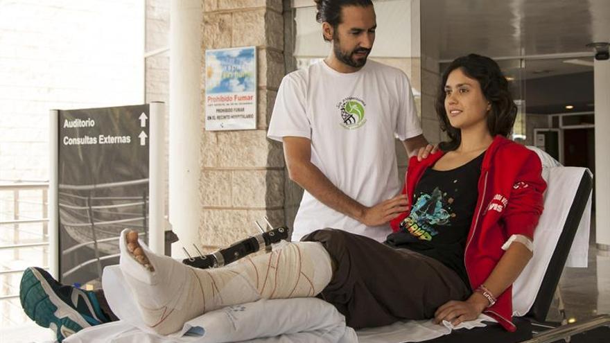 La activista de Greenpeace herida el pasado sábado durante la intervención de la Armada recibe el alta médica en el hospital Doctor Negrín de Gran Canaria. Efe.