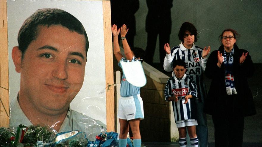 Homenaje a Aitor Zabaleta en el estadio de Anoeta el 20 de diciembre de 1998 / ANTONIO ALONSO / EFE / lafototeca.com