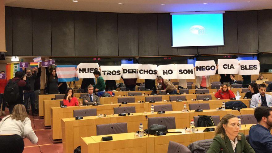 """""""Nuestros derechos no son negociables"""": el recibimiento feminista del #MeTooEP a Vox en la Eurocámara"""