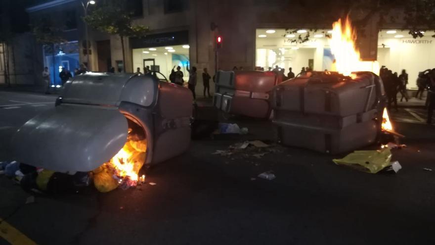 Contenedores ardiendo en la cuarta jornada de protestas en Barcelona.