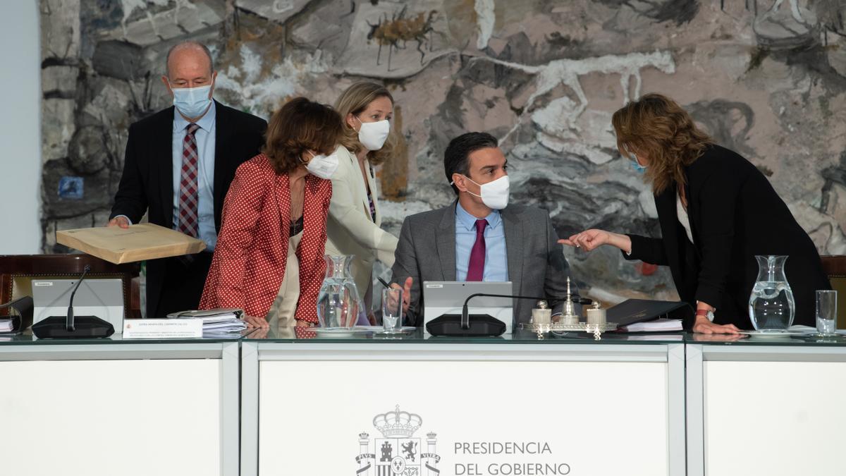 Las vicepresidentas hablan con Pedro Sánchez y el ministro de Justicia, Juan Carlos Campo, se acerca a la mesa antes de la reunión en la que el Consejo de Ministros concede los indultos a los líderes independentistas