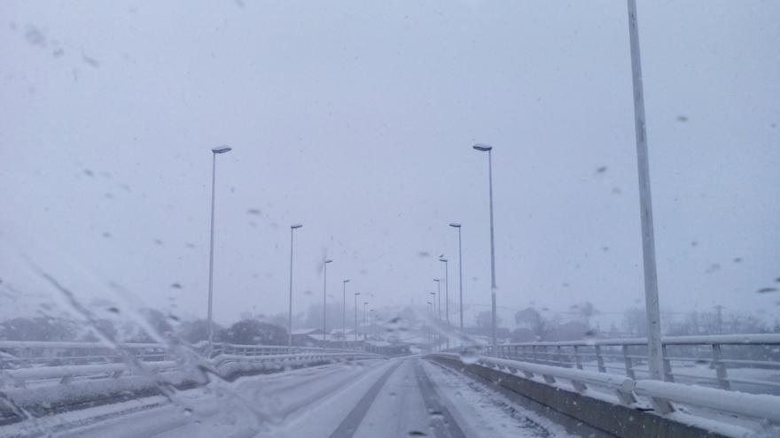 El temporal de nieve obliga de nuevo a cortar el paso de camiones en la A-67