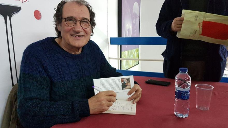 Alfons Cervera firma los ejemplares de su última novela en la librería Primado