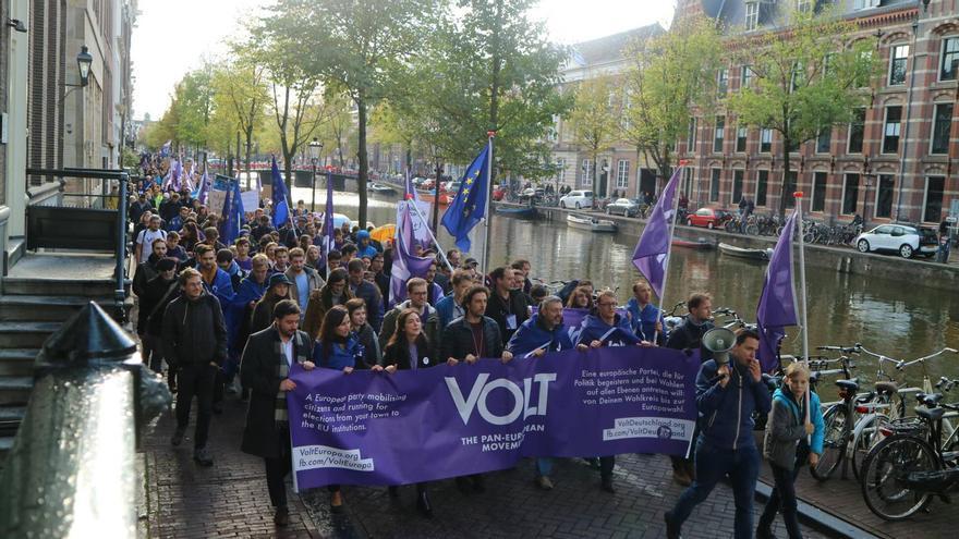 Simpatizantes de Volt en una marcha convocada en Amsterdam.
