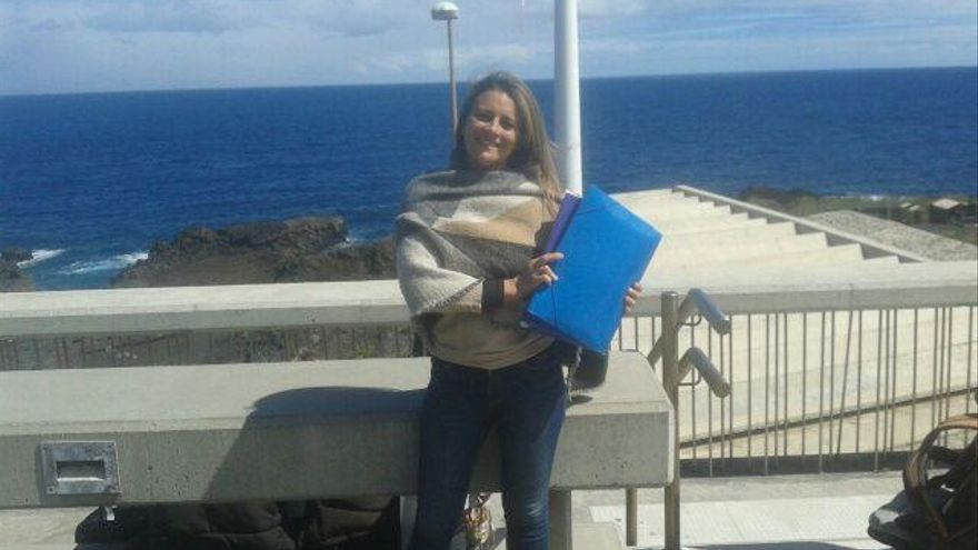 Vanesa Catalán (IUC La Palma y  miembro de la 'Plataforma La Palma por un territorio sostenible') con carpetas de denuncias a la UE.