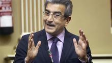 El presidente de Nueva Canarias y portavoz del grupo Mixto, Román Rodríguez, durante una de sus intervenciones en la sesión plenaria del Parlamento de Canarias. EFE/Cristóbal García