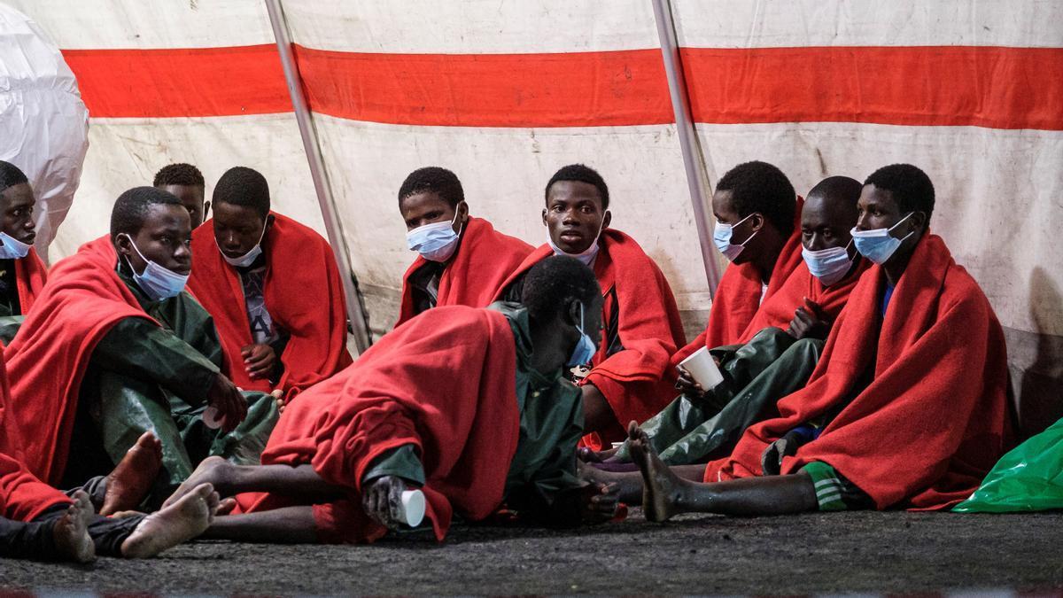 Algunos de los migrantes rescatados este martes de un cayuco al sur de Gran Canaria, en el que fallecieron cinco personas