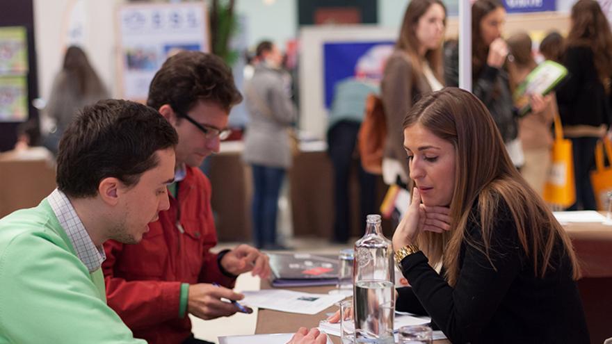Dos jóvenes charlan en una edición del evento de orientación laboral Entérate. / Foto: B4Work