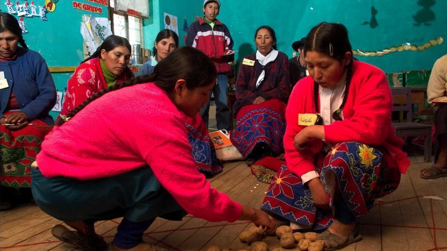 Cientos de mujeres rurales aprenden en los talleres de alfabetización utilizando elementos de su propio entorno.