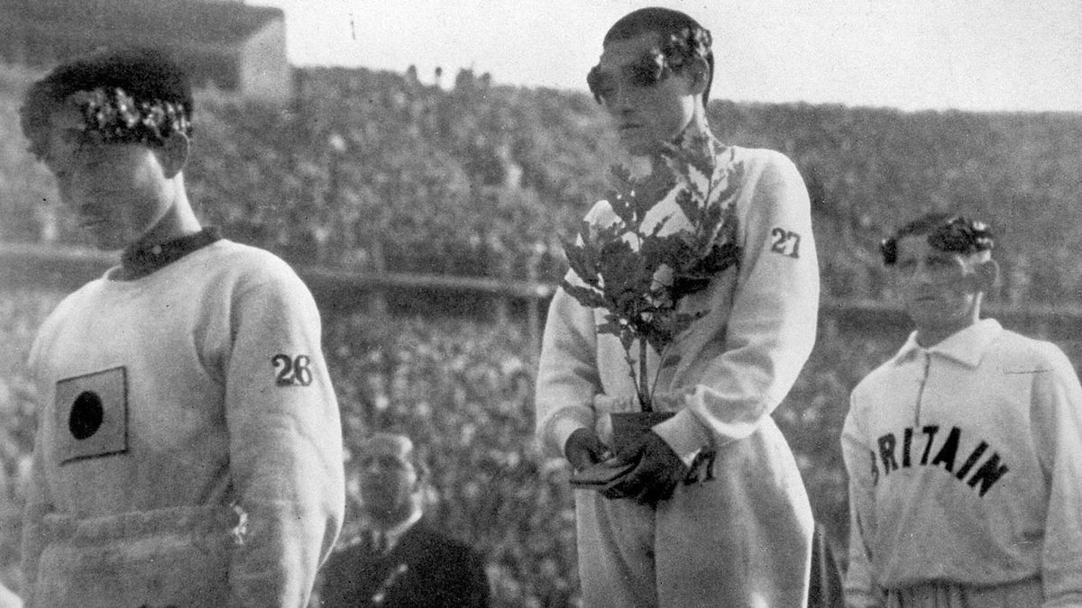 Sohn Kee-Chung (oro) y su compatriota Nam Sung-Yong (bronce) agachan la cabeza en el podio de la maratón de Berlín 1936.