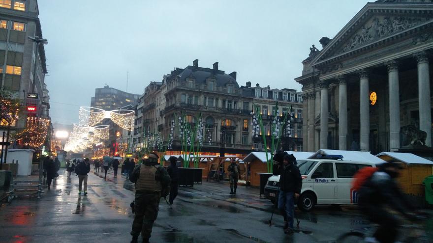 Varios militares marchan por Bruselas entre las cámaras de los periodistas / P.G.