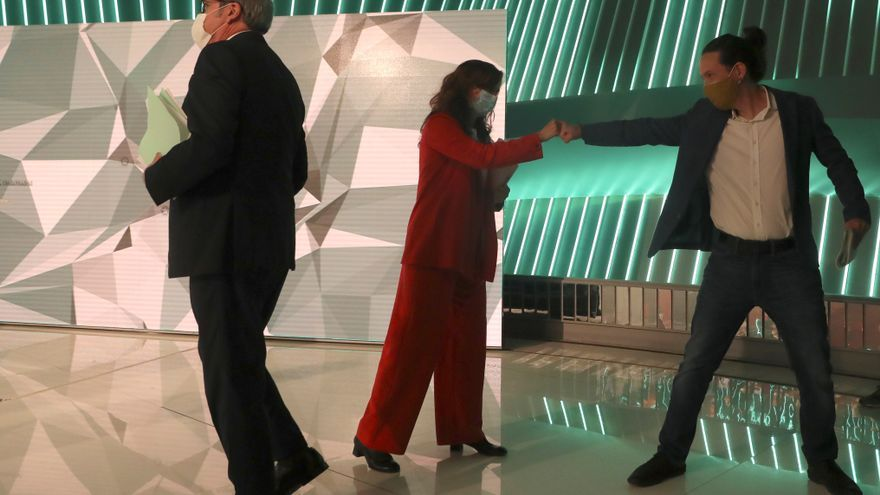 Ángel Gabilondo y Mónica García y Pablo Iglesias saludándose antes del debate de Telemadrid el miércoles.