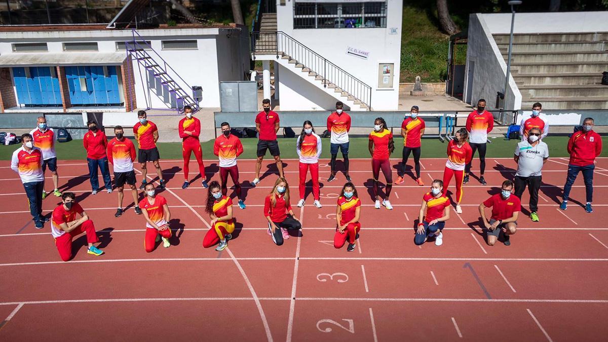 Carmen Avilés, en el centro, junto a la selección española de atletismo