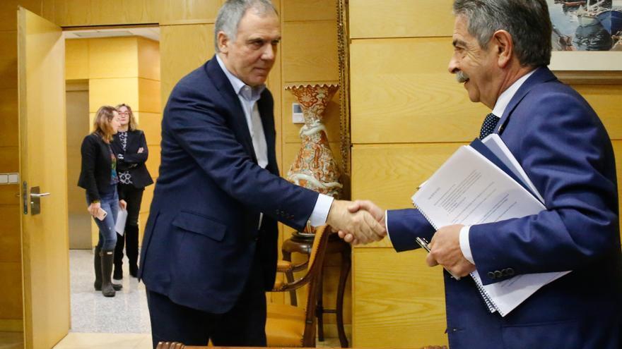 Vidal de la Peña (CEOE-Cepyme) y Revilla (PRC) se saludan antes de la reunión.   LARA REVILLA