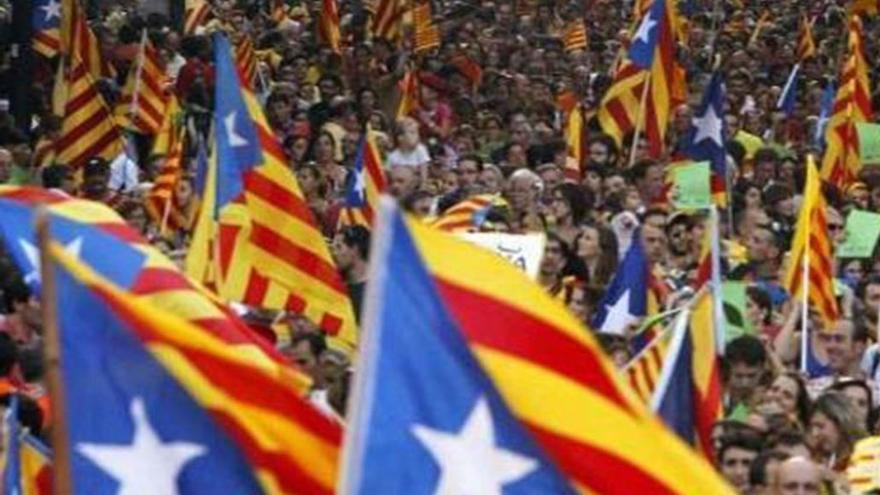 Cientos de esteladas ondean en las calles de Catalunya.