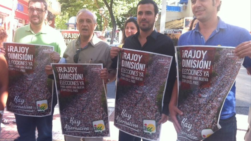 Alberto Garzón en Marbella junto a miembros locales de IU-CA
