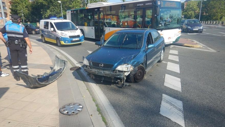 Atropellados dos peatones y herida una joven al chocar contra un turismo con su vehículo de movilidad personal