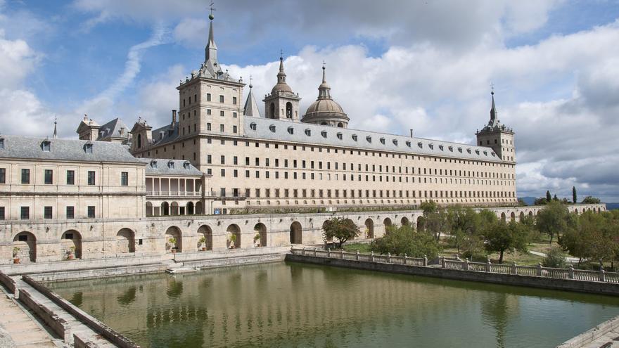 El monasterio de San Lorenzo de El Escorial es la obra más representativa del estilo arquitectónico de Juan de Herrera. Fue diseñado originalmente por Juan Bautista de Toledo y reorganizado a partir de 1572 por Herrera, responsable del estilo austero que se convertiría en seña de identidad del reinado de Felipe II.