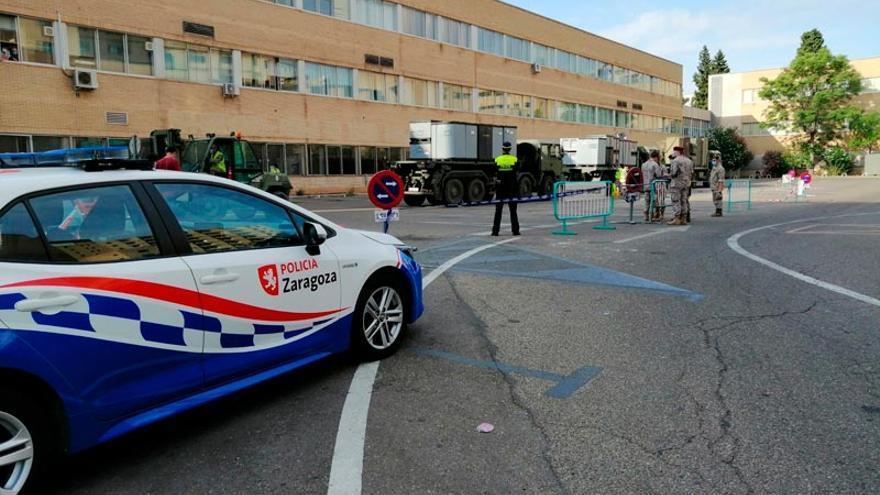 El Ejército ha instalado una carpa para triaje en el aparcamiento del Clínico de Zaragoza.
