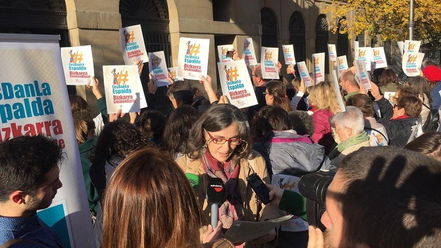 Protesta de la Coordinadora Navarra de ONGD en la puerta del Gobierno de Navarra.