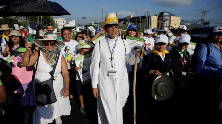 Cientos de salvadoreños comienzan peregrinación por san Óscar Romero y la paz