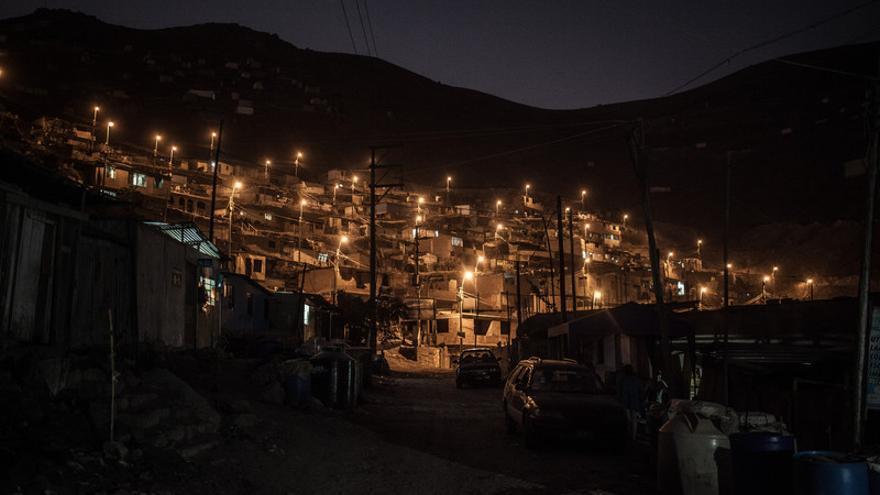 Viviendas precarias en el distrito de San Juan de Miraflores, en Lima (Perú). Fotografía de Pablo Tosco / Oxfam Intermón