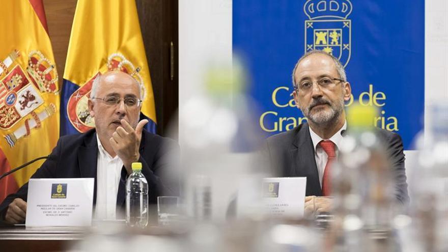 El presidente del Cabildo de Gran Canaria, Antonio Morales, y el director general de Transporte de Red Eléctrica de España, Carlos J. Collantes. (EFE/Ángel Medina G.)