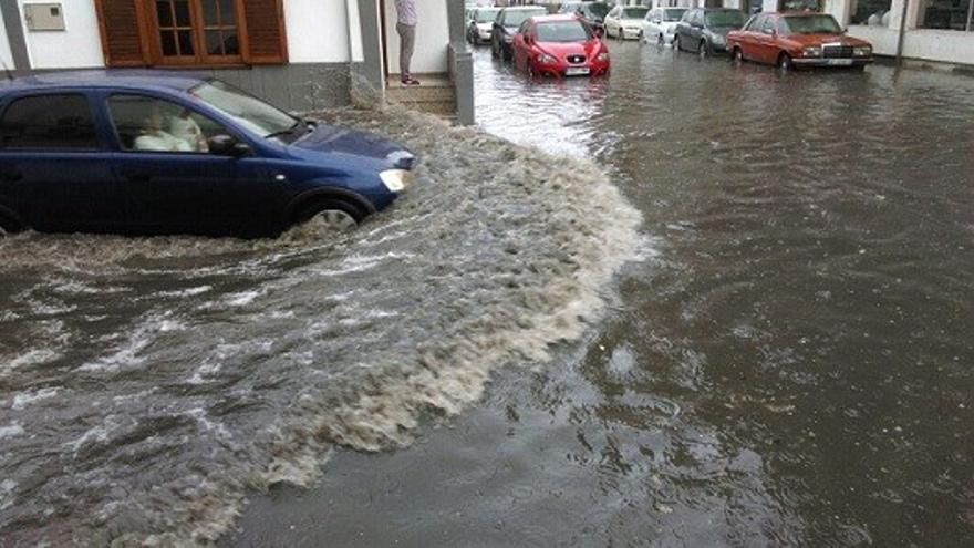 Calles del centro de Arrecife inundadas tras una fuerte tromba de agua.