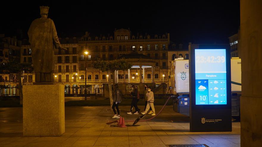 Unas jovenes paseando en la Plaza del Castillo de Pamplona alrededor de la media noche