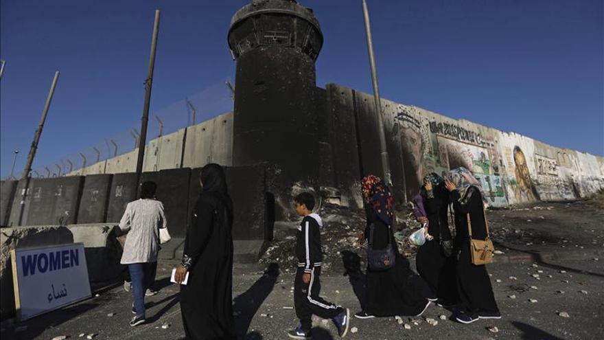 Queman una mezquita en Cisjordania y atacan una antigua sinagoga en Israel