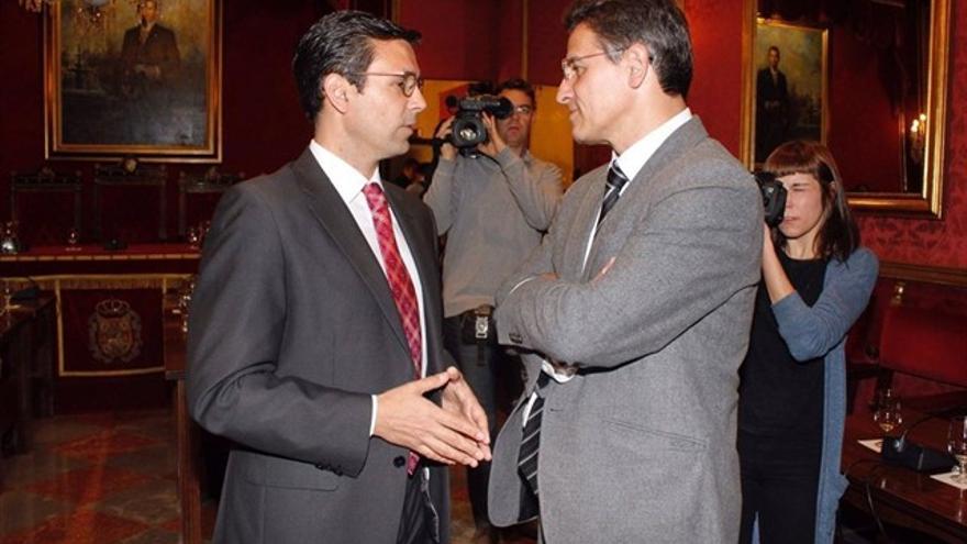 El alcalde de Granada, Francisco Cuenca (izquierda), durante un encuentro en el Ayuntamiento con Luis Salvador de Ciudadanos (derecha)