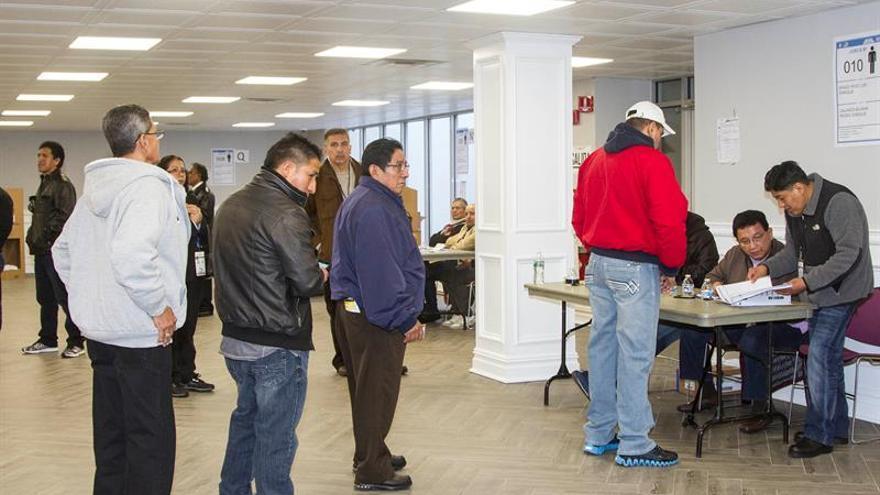 Más de 900 ecuatorianos votan en el área de Washington para elegir presidente
