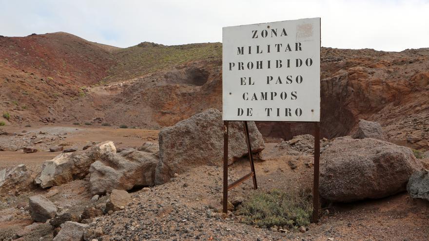 Letrero en El Confital que señala la zona militar