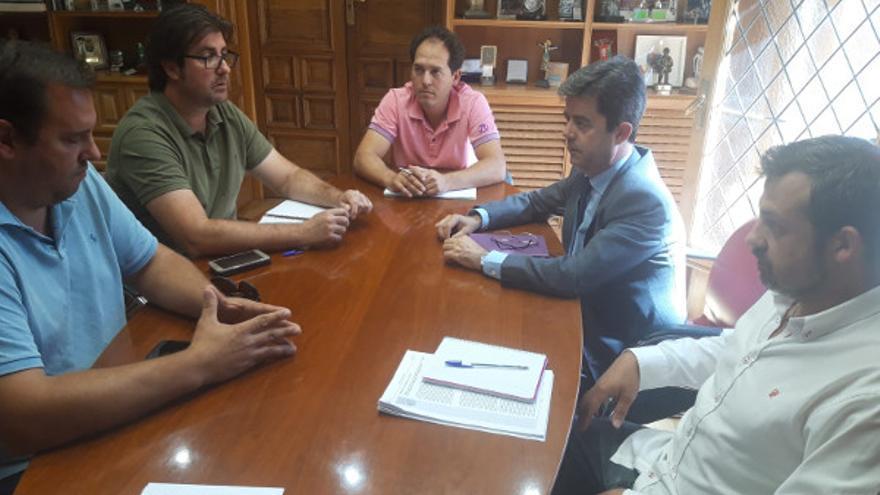 El alcalde de Huesca, Luis Felipe (segundo por la derecha), reunido con los representantes de las organizaciones agrarias