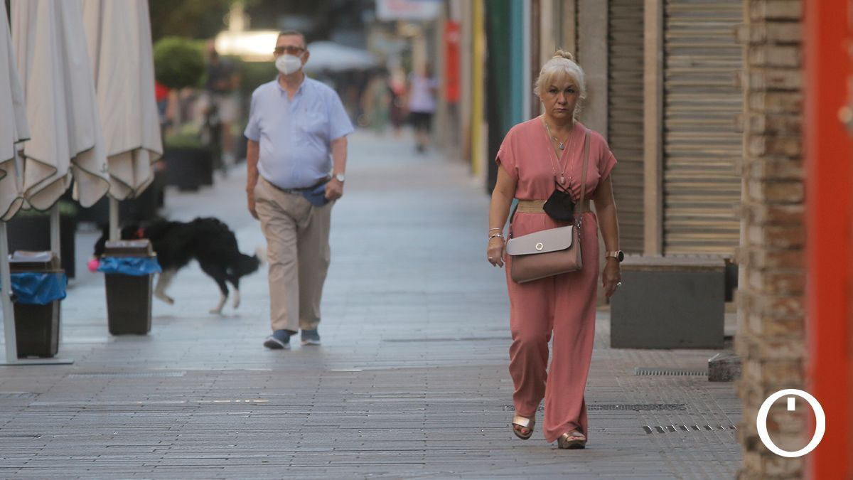 Varios ciudadanos en una calle de Córdoba
