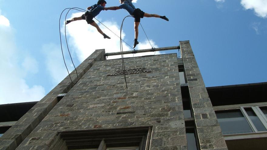 Un momento del espectáculo de danza vertical de la compañía Delrevés / Foto: cedida.