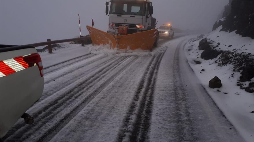 Los equipos de conservación trabajan en las carreteras del Teide para habilitar el acceso al Parque Nacional.