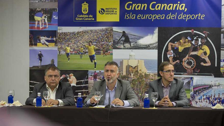 El consejero de Deportes del Cabildo de Gran Canaria, Ángel Víctor Torres (centro), junto al director técnico del Instituto Insular de Deportes Antonio Pérez Ñito (i) y el asesor del Instituto Insular de Deportes Oliver Armas (d).