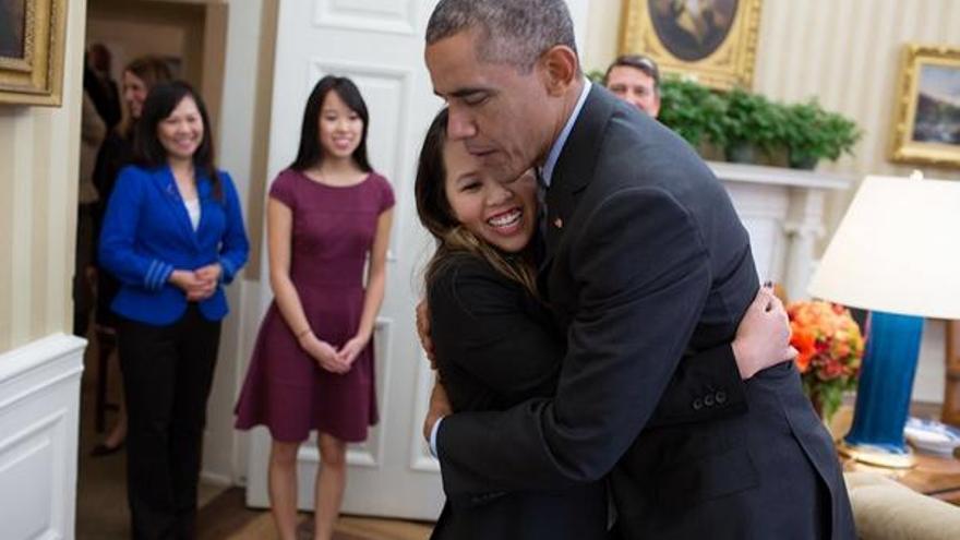 Obama abraza a Nina Pham en su encuentro del Despacho Oval. Foto: Pete Souza, Casa Blanca.