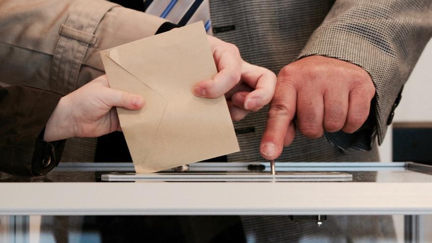 Una mano coloca una papeleta en una urna en una imagen de archivo.