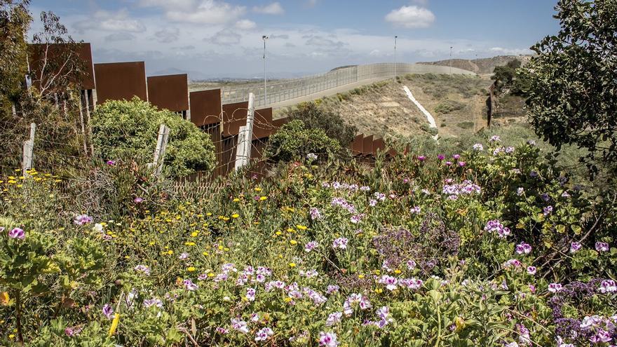 """Vista de las dos vallas fronterizas levantadas tras la aprobación de la """"Secure Fence Act"""" de 2006, en Playas de Tijuana"""