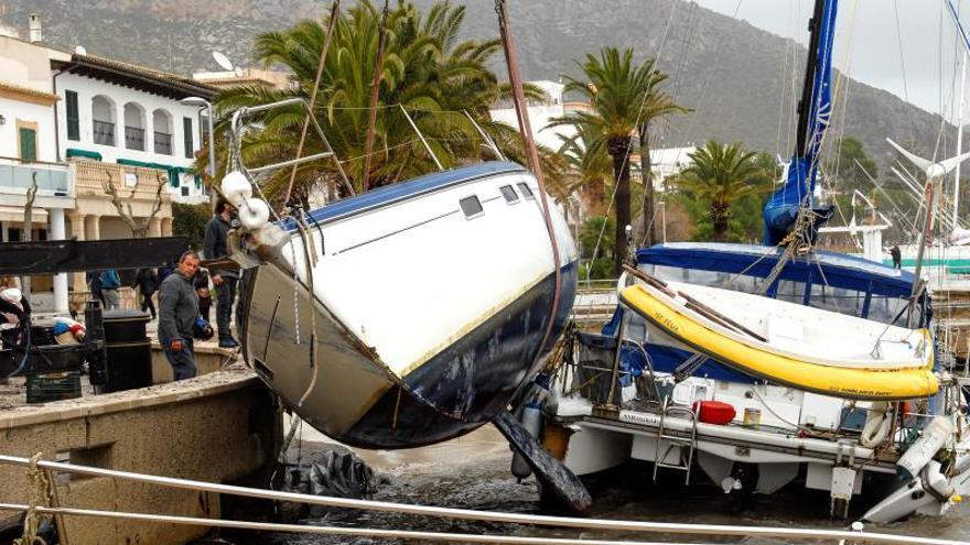 El temporal ha arrastrado una quincena de embarcaciones hasta la arena en el Port de Pollença (Mallorca). El intenso oleaje ha desplazado hasta la orilla de la arena sin problema alguno barcos que estaban fondeados en el mar.