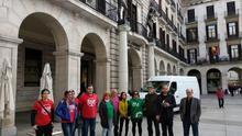 Integrantes de la PAH y de Stop Desahucios frente a Liberbank en Santander. | R.A.